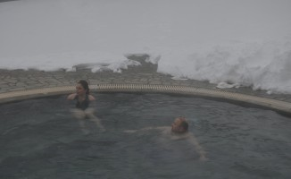 Eksi 15 derecede bir yanda kayak, diğer yanda havuz keyfi