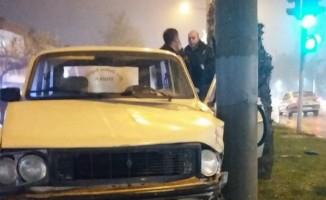 Polisten kaçan alkollü sürücü aydınlatma direğine çarparak durabildi