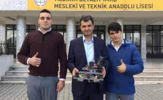 Bursa'da şehit haberlerine üzülen öğrenciler askeri robot geliştirdi