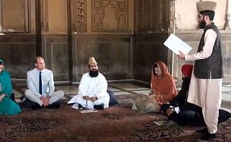 Kraliyet gelini, cami ziyareti sırasında başörtüsü takıp Kur'an dinledi