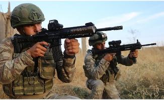 Mehmetçik yerli silahlarla teröristlerin peşinde