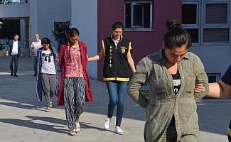 Şampuan kutusuyla evlerin kapısını açan 3 kadın yakalandı