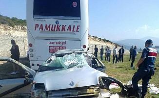 Yolcu otobüsü ile çarpışan otomobildeki çift yaralandı