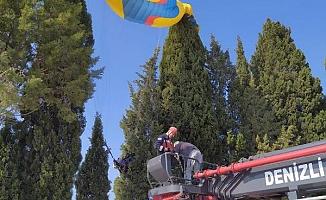 Ağaca asılı kalan yamaç paraşütçülerinin imdadına itfaiye yetişti