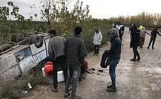 Adana'da minibüs devrildi!