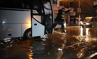 Adana'da sağanak yağış ,yaşamı felç etti!