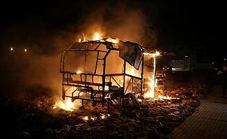 Bursa'da minibüs alev alev yandı