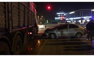 Bursa'da kontrolden çıkan otomobil TIR'a çarptı