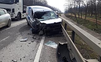 İnegöl'de hafif ticari araç TIR'a çarptı