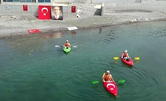Kanolarla denize açılıp Türk bayrağı açtılar