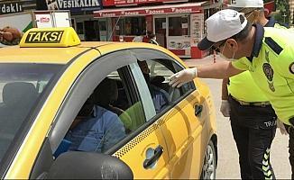 Trafik polisleri taksi şoförlerine maske ve kolonya sordu, hijyen kontrolü yaptı