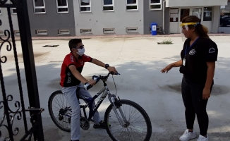 Bisikletiyle sınava son dakikada yetişti