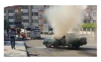 Otomobildeki yangına bahçe hortumuyla müdahale etti