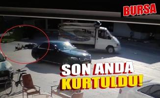 Bursa'da devrilen motosikletin sürücüsü, otomobilin altında kalmaktan son anda kurtuldu