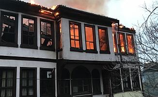 Yanan Binaya Anında Müdahale Yanan Bina Gece Saatlerinde Yıkıldı