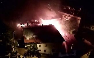 Ahşap evde çıkan yangın, 3 eve daha sıçradı
