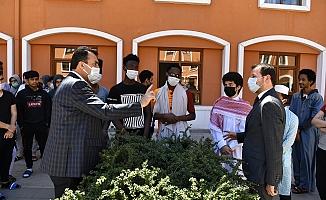 Bursa Osmangazi Belediye Başkanı Mustafa Dündar, Filistinli Öğrencilerle Omuz Omuza