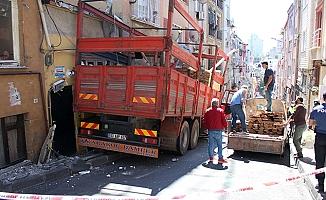 Faciadan dönüldü; Kereste yüklü kamyon binalara sürterek durabildi