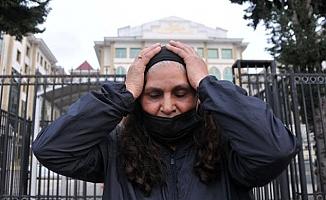 Kızını gömenlere tahliye istenince mahkeme heyetinin önünde diz çöktü