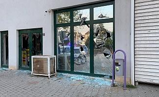 Pazar yerinin camlarını kırdı; o anlar kamerada
