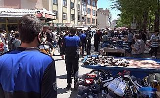 Seyyarlar sokak aralarına tezgah açtı, mahalleli akın etti