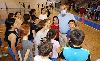 Genç basketbolculara formalar Başkan Türkyılmaz'dan