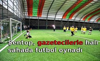 Şentop, gazetecilerle halı sahada futbol oynadı