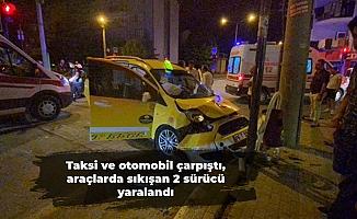 Taksi ve otomobil çarpıştı, araçlarda sıkışan 2 sürücü yaralandı