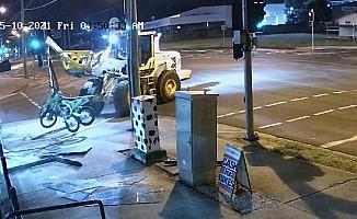 Avustralya'da iş makinesiyle soygun kamerada