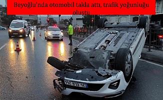 Beyoğlu'nda otomobil takla attı, trafik yoğunluğu oluştu