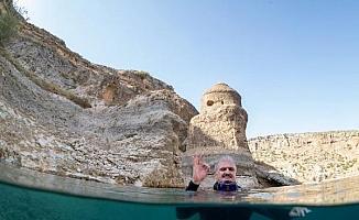 Diyarbakır Valisi Karaloğlu, Eğil Baraj Gölü'ne daldı, davette bulundu