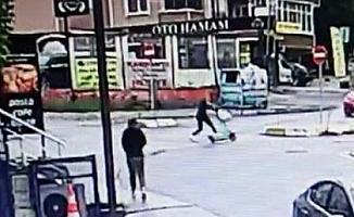 Elektrikli scooter kazası; kickboksçu otomobilin altında kalmaktan son anda kurtuldu