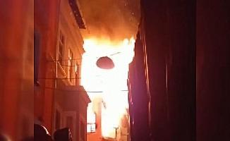Fatih'te 4 katlı metruk bina alev alev yandı