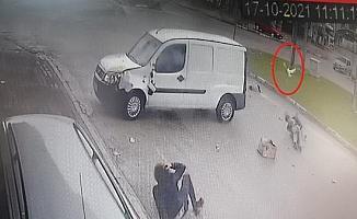 Hafif ticari araç ile motosiklet çarpıştı; kutudaki güvercinler havalandı