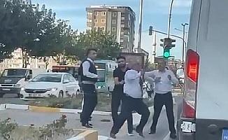 Otobüs şoförü, yol verme tartışmasında minibüsün önünü kesip sopayla saldırdı