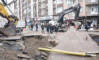 Sivas'ta şebeke suyu hattının patladığı caddede arıza giderildi, temizlik yapıldı