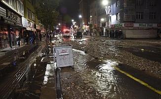Sivas'ta şebeke suyu patladı, cadde molozlarla kaplandı