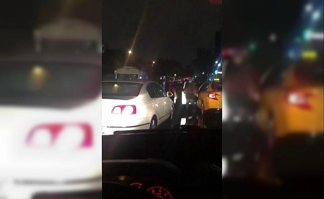 Taksici, tartıştığı sürücünün yolunu kesti; otomobilin camını yumrukladı, küfürler yağdırdı