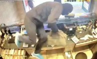 Şişli'de döviz bürosunda silahlı soygun saniye saniye kamerada