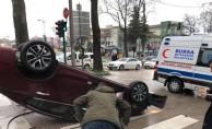 Bursa'da feci kaza! Kaldırıma çarpan araç takla attı