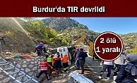 Burdur'da TIR devrildi: 2 ölü, 1 yaralı